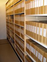 Hyllor med arkivkartonger