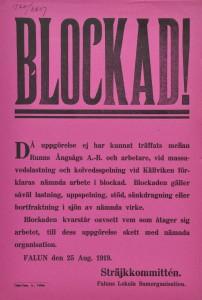 """""""Blockad!"""" Runns Ångsåg AB och arbetare vid massavedlastning och kolvedsspelning i Källviken hade inte kommit överens, därför satte """"Sträjkkommittén"""" av Faluns Lokala Samorganisation verksamheten i blockad den 25 augusti 1919."""