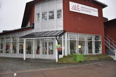 Arkivcentrum Dalarnas entré prydd med ballonger